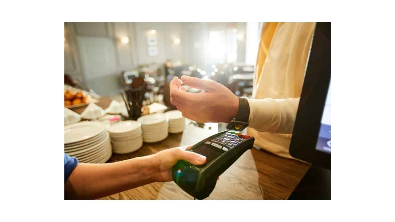 Paying-with-Smartwatch-in-post
